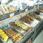 上間弁当天ぷら店 - 50円以上の揚げ物コーナー