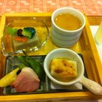 日本料理ききょう - ごま豆腐はチーズを掛けて焼いてます。人参の金魚やきゅうりの蛙が小さく可愛い