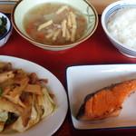 富山上袋食堂 - 鮭塩焼き・竹の子と豚肉味噌炒め・わかめ酢・豚汁