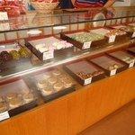 十一屋菓子舗 - すあま、かのこ、草もちなどの和菓子が並ぶ
