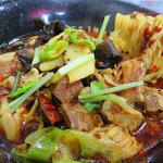 好運来 - 牛肉麺800円。四川牛肉麺とか牛肉水煮麺と呼ばれていたりもしますね。