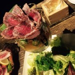 日本酒スタンド YOUMA - 桜肉のタタキパフェと サラダ