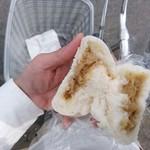 まんじゅうの店 東照 - 料理写真:肉まんを割る