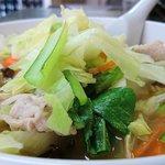 好味苑 - 好味苑 @本蓮沼 肉野菜炒めがたっぷりんこトッピングされるタンメン 横からの眺め