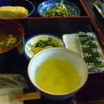 食事処桔梗 - 味噌汁、漬物、海苔、お茶