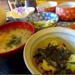 定食の店 牛太郎 - 納豆・味噌汁・インゲン天ぷら・サラダ・漬物・冷奴