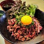 牛たたきのユッケ風丼(一品・スープ付)