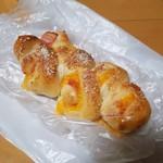 BOULANGERIE Ogawaya - 「チーズ入りベーコンエピ (175円)」