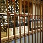 花筐 - 入口にはワインが並んでます