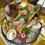 82508405 - お造り: 桜鯛姿造りと旬魚の盛合せ