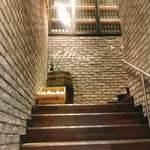 82509900 - この階段を上ると…