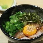 炭火焼き 煙 - ささみユッケ丼 580円(税別)