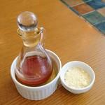TRATTORIA Alioli - チリオイルと粉チーズ
