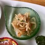 アリクイ食堂 - もやし和え やや中華寄りの軽いピリ辛味。味は良いので、量が少ないのが残念だった。野菜の原価高騰に対して、値段は上げず量的に対応しているような感はあった。