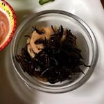アリクイ食堂 - ひじきとレンコン煮 こちらは純和風。味は濃い目。これももう少し量が欲しいところだ。
