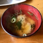 アリクイ食堂 - ワカメと豆腐の味噌汁 これも味はしっかりと濃い目。以前ならこれだけでごはん一膳ぐらいは平気で食べられたが。
