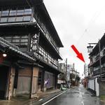 片山蒲鉾店 - 『金波楼』の斜向かいです(赤い⇨)