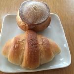 はるこまベーカリー はなれ - 料理写真:上:シャンピニオン80円下:塩バターロール120円