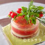 創作料理 まさぞう - 彩りも美しい『北海道産モッツアレラチーズとフルーツトマトのミルフィーユ』