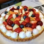 パティスリーカフェ クルール - 料理写真:フルーツタルト@カスタード、薄いダマンド 甘いマンダリンオレンジ、メロン、苺、ブルーベリー、ブドウ