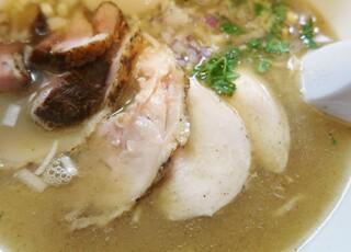 鶏こく中華 すず喜 - 鶏チャーシューはモモ肉とムネ肉の2種類