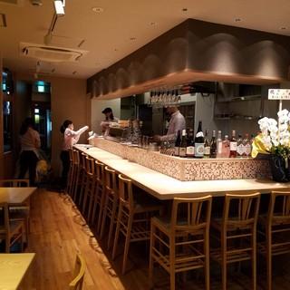 まるでお寿司屋さんのような、肉寿司を楽しめる落ち着いた空間。