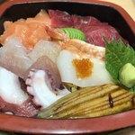 太郎すし - 料理写真:海鮮ちらし702円