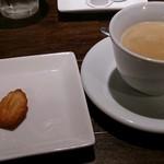 82528132 - コーヒーとプチットマドレーヌ