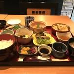 銀や - 料理写真:おまかせ定食という税込み1080円のメニューで、このボリューム!(2018.3.16)