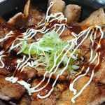ナマステ・ネパール - NAMASTE NEPAL @板橋本町 ぶた丼 小 にマヨビームとチリソースを掛けるの絵