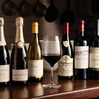 ソムリエが厳選したワインを200種類以上そろえる、本格洋食店