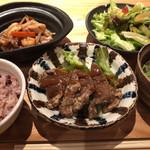 鹿屋アスリート食堂 - 一汁一飯三主菜の定食 970円。(アス米160g、とろろ昆布と水菜、グリーンサラダ、豚レバーから揚げ、豚肉と海鮮回鍋肉)