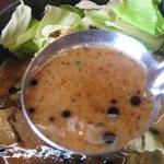 博多とんこつ 突破者 - 白濁しているもののサラリとしてコクが薄いスープ
