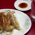 登龍門 - 料理写真:先ずは焼き餃子。ニンニク味します。好きな人は多そうです