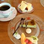 喫茶 フォレスト - 手前・抹茶チーズケーキ