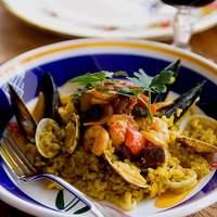カフェ バイ ザ シー - パエリア By the Sea   魚介たっぷり、ターメリック香る五穀ごはんをリゾット仕立てのパエリアに。