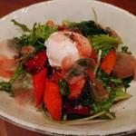82561477 - 布施野菜のグリル&マグロの生ハム&ポーチドエッグのサラダ