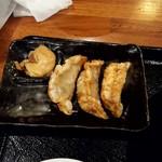 マルキン本舗 - 揚げ餃子(左上が肉味噌)