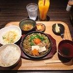 九州焼肉 てにをは - 鉄板牛すき焼きランチ @1,000円 サラダ・キムチ・スープ・ごはんはお替りもOK。 鉄板が思ったよりアツアツではないのは残念。