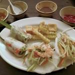 カムオーン - ゴイクン、青いパパイヤと海老と豚のサラダ、少数民族の揚げ豆腐、フライドポテト