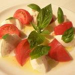 TONY - 甘いフルーツトマトとモッツァレラのカプレーゼ \840