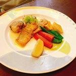 トロピカルコースト - ホタテ貝と白身魚のポワレガーリックバターソース