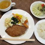 むつの木 - 日替わりランチ630円。サラダ・ライス・スープ付きです。ご飯は、少なめ・普通・多め・大盛り指定可能。
