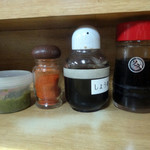 こんぴらうどん - 「こんぴらうどん」卓上の柚子胡椒・一味・醤油・ソース