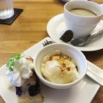 和パスタ煙草屋(禁煙) - アフタードリンクはホットコーヒーを選択。 デザートは、黒蜜ときなこの葛餅風とブルーベリーケーキでした。