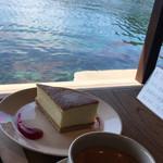 イネカフェ - ケーキセットと伊根湾