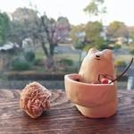 82611178 - 窓際の可愛いオブジェ                       外に見える公園には大きな桜の木があります