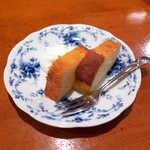 82611468 - キャトルキャール(セット¥300)。実に上品な甘さ。バターもくどすぎず、とても私好みの味♪