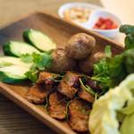 タイ国料理 チャイタレー - 2018.3 タイイサーン地方ソーセージサイグロークイサーンとタイチェンマイ地方ソーセージサイウア2種盛り合わせ(800円)