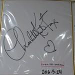 廻転寿司 海鮮 - シャルロット・ケイト・フォックスのサイン